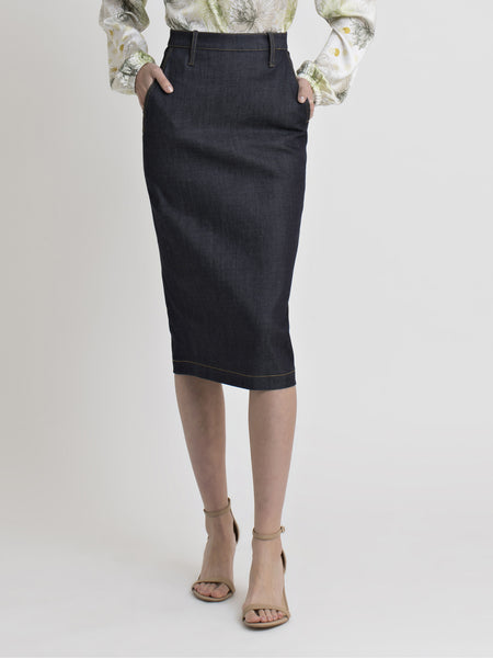 Close view of a female model wearing a dark blue denim pencil skirt from the RÉZO women's collection