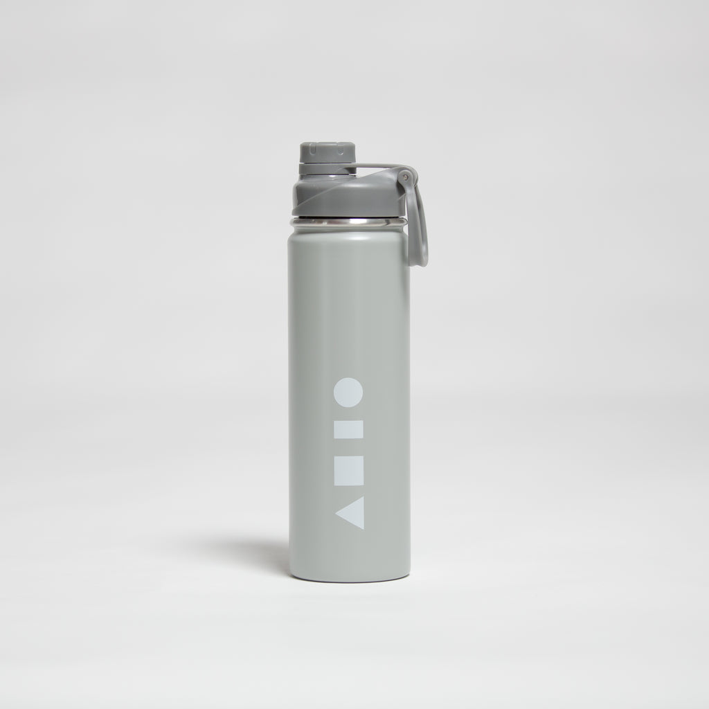 Clay Active sports water drink bottle made from double walled stainless steel. This water bottle is the perfect bottle for training at the gym, cycling, playing tennis, playing basketball and any other sport. It keeps water ice cold, has an easy-access leak-proof lid and a 660ml volume.