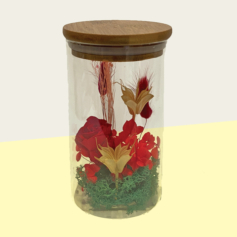Everlasting flowers in glass lid