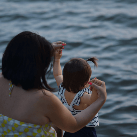 mother and baby at the beach in blog clean beauty swiss