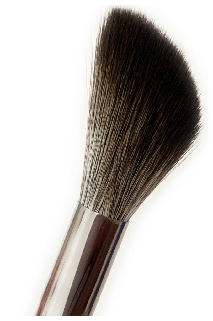M04 Medium Angled Powder Brush - Mehliza Beauty London