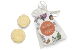 Christmas wax melts in white cotton bag. Made with cinnamon and clove essential oils.