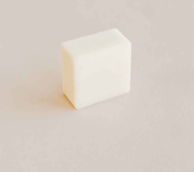 This moisturizing conditioner bar will perfectly complete your zero-waste beauty routine. With its natural and effective ingredients, it will leave any type of hair soft, moisturized and healthy,  leaving behind you a wonderful fresh scent of orange and eucalyptus. Lasts about 40 washes, and is made in Canada.