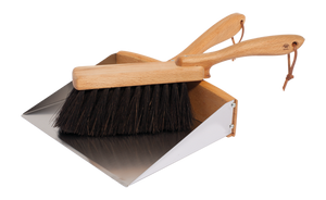 An ideal garden set, dust pan and brush, with an extra wide dustpan, made from oiled beechwood, stainless steel and arenga fibre.