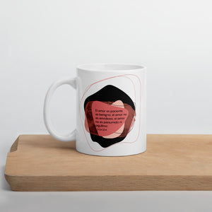 Inspirational Bible verse mug in Spanish - 1 Corinthians 13:4