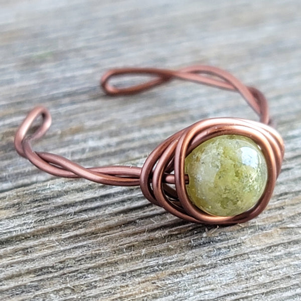 Twisted Cyclops with Green Garnet Stone