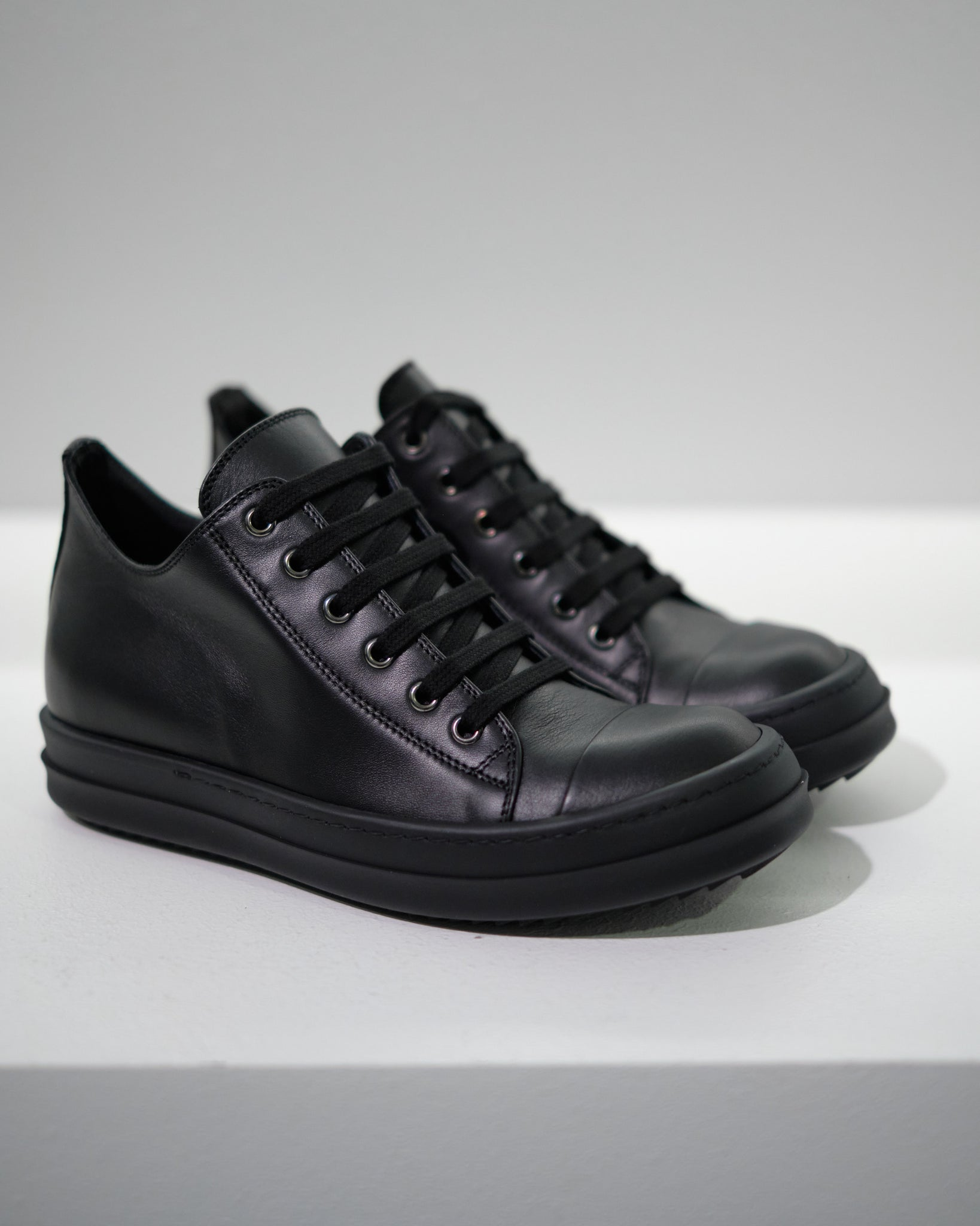 RICK OWENS LEATHER LOW-CUT SNEAKER M - BLACK/BLACK