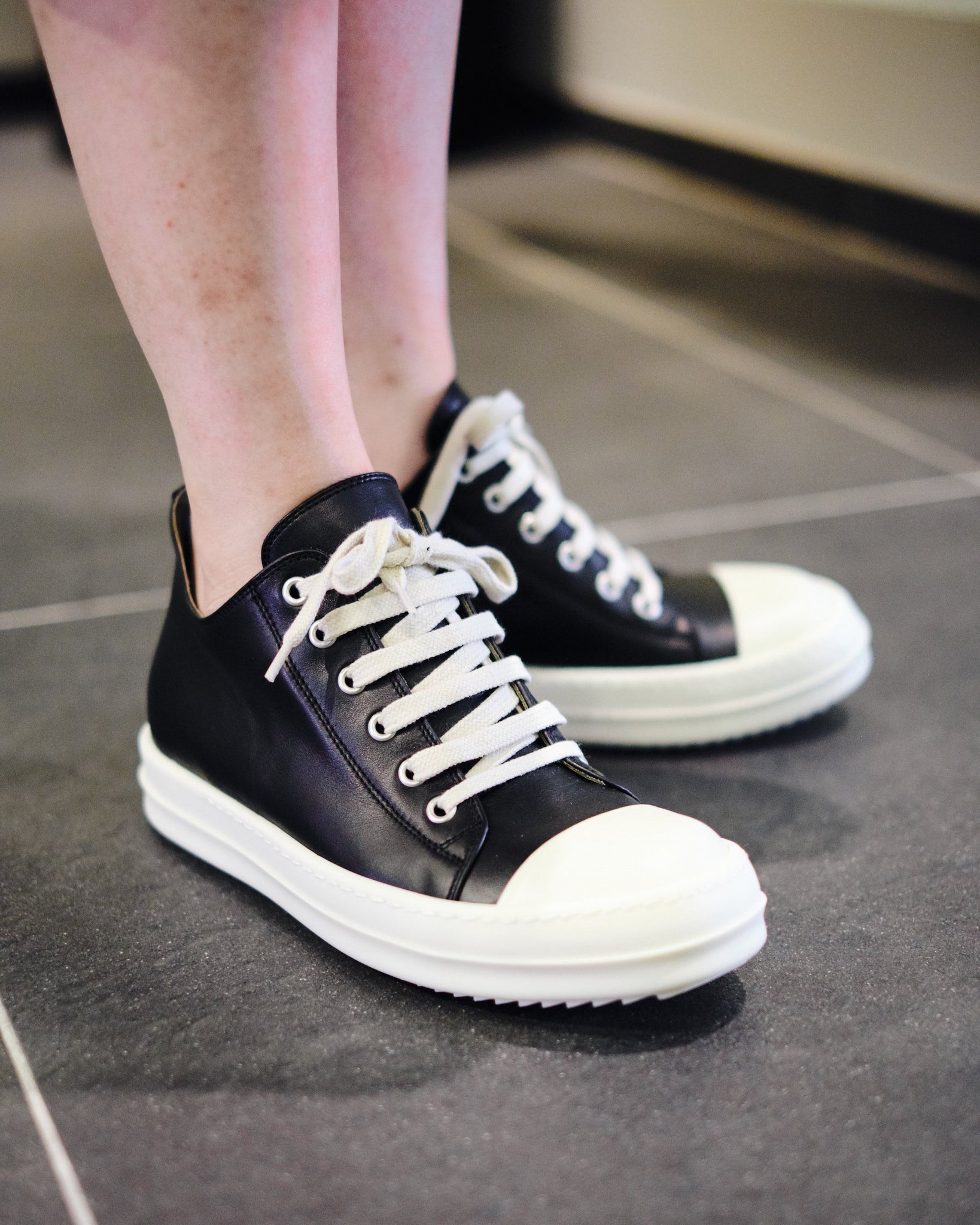 LEATHER LOW-CUT SNEAKERS W - BLACK/MILK