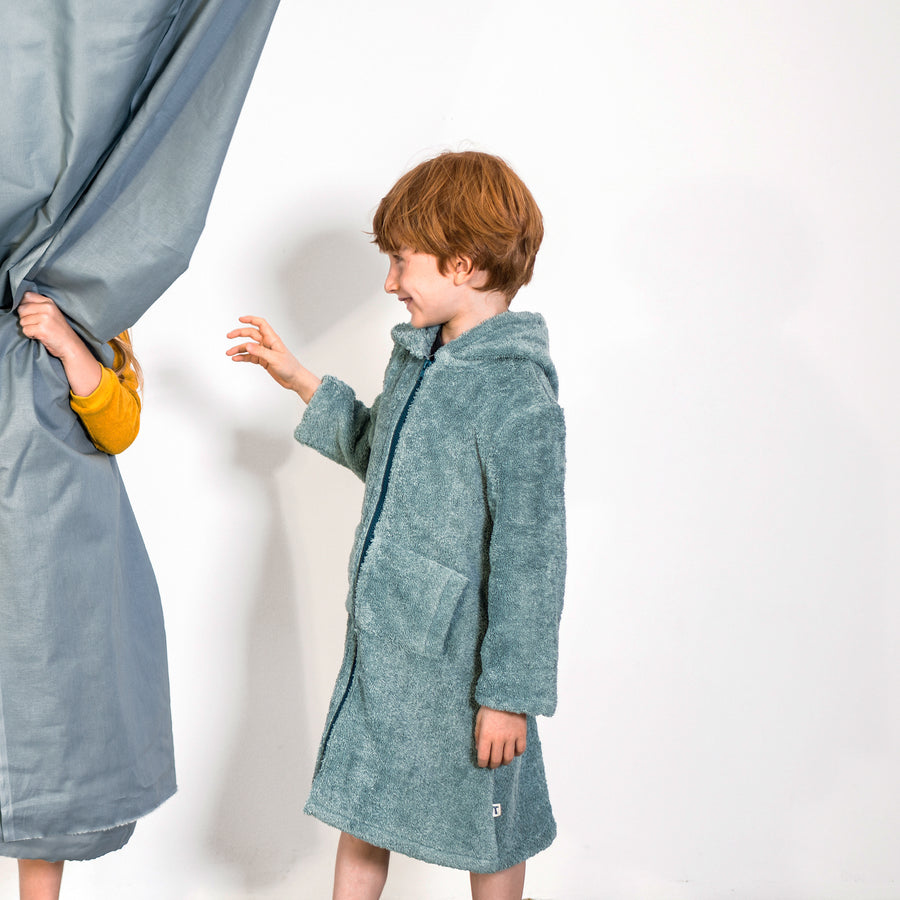 bathrobe for kids made from organic cotton, playing kids, Bademantel für Kinder aus Biobaumwolle, KInder spielen