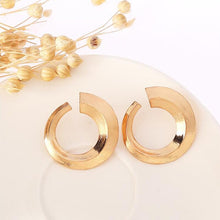 Load image into Gallery viewer, Bold and Gold Seventies Earrings