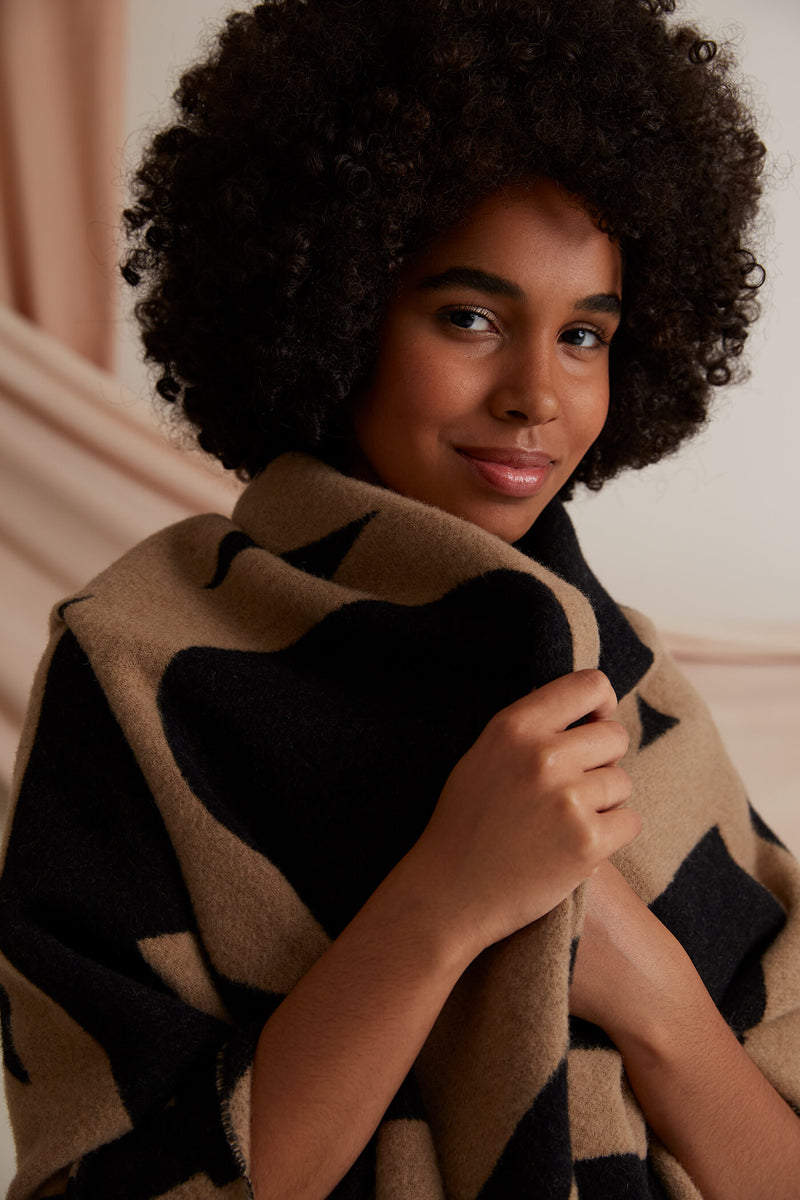 Voglia Colette patterned wool scarf cognac black detail