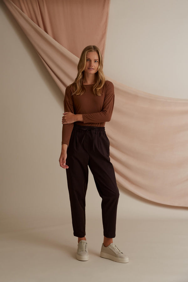 Voglia Finland Sylvie Relaxed Fit Pants in Dark Brown