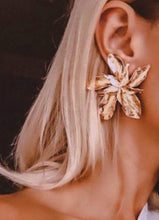Load image into Gallery viewer, Gold Flower Earrings