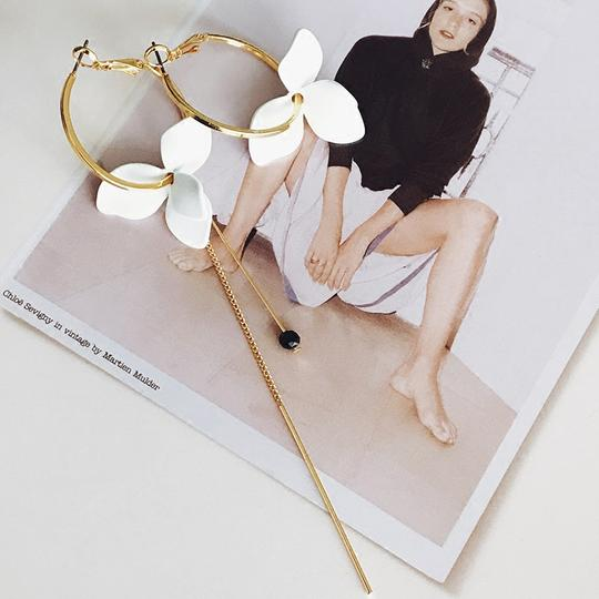 Golden Asymmetric Earrings with Handmade White Flower -Make the difference with Galatea Effect accesories