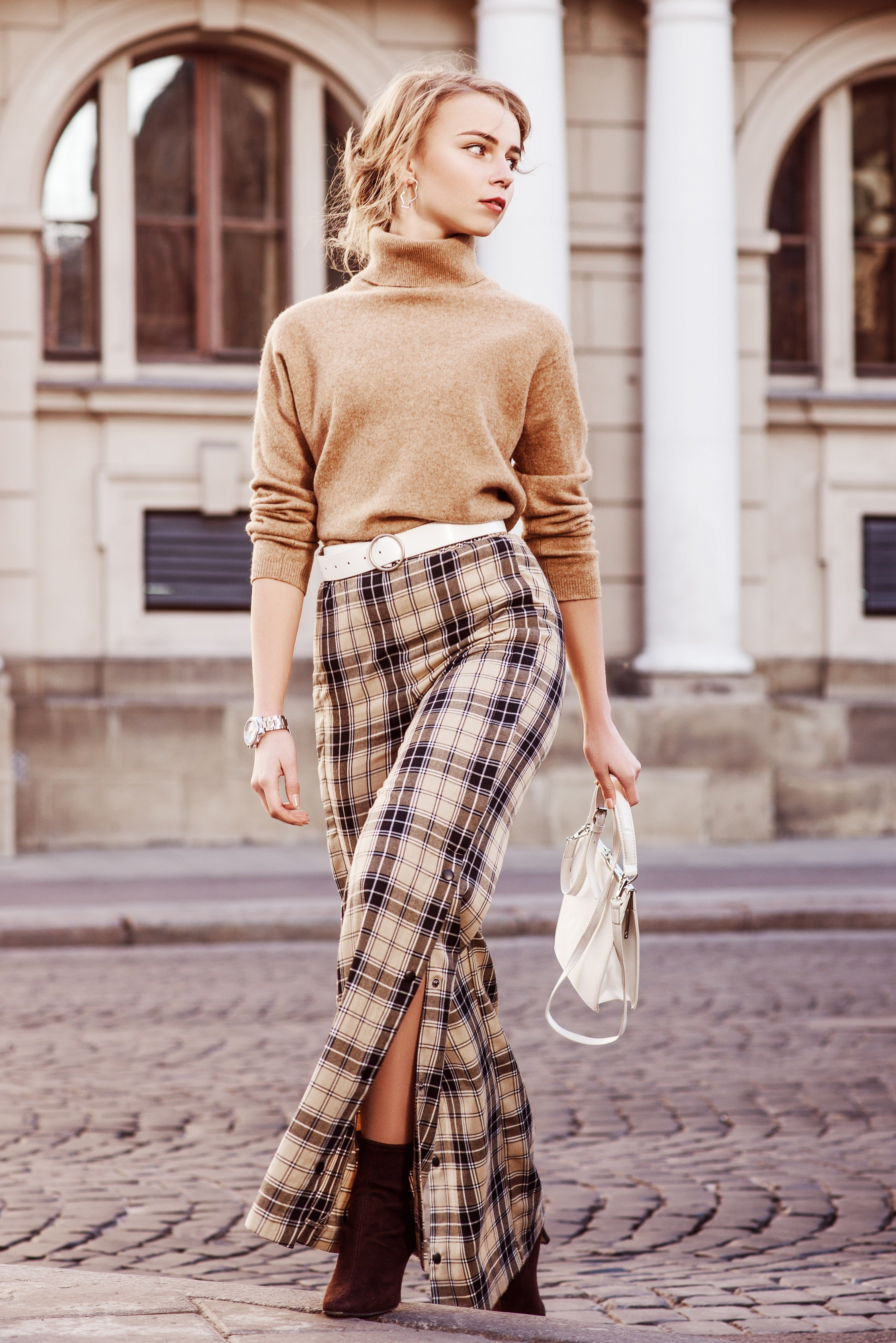 Beige plaid trouser with neutral colour knitted top