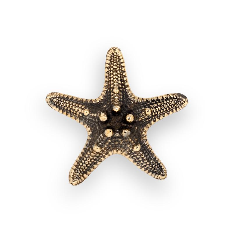 Inspired in the vastness of starfishes, Linckia is a range of graceful furniture drawer handles entitled to create a sculptural scheme in your furniture designs.