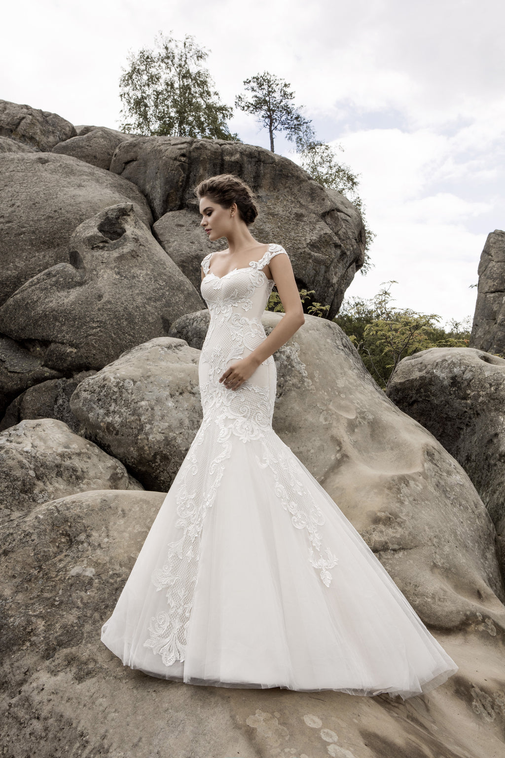 This figure flattering mermaid dress has a sweetheart neckline and a gorgeous illusion back decorated with guipure lace.