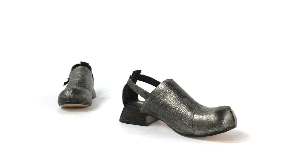 charcoal coloured Leather bett sandalwith black wooden heel in profile