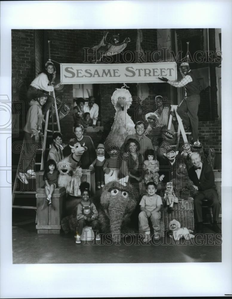 1991 Press Photo Roscoe Orman, Loretta Long and the cast of Sesame Street