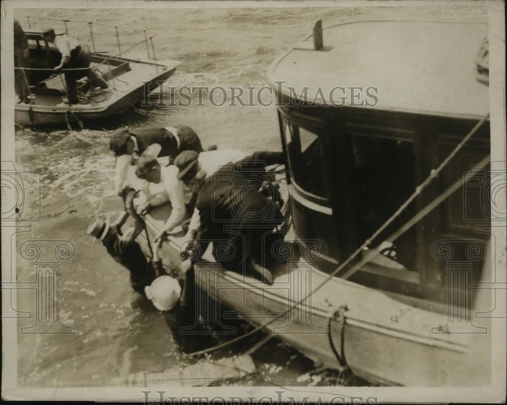 1915 Press Photo New York Crew of yacht Naaide rescue Frank Smith  in NYC - Historic Images