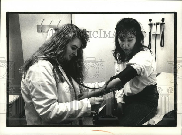 1992 Press Photo Lori Thompson volunteers at Isaac Coggs Health Clinic - Historic Images