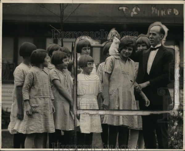 1926 Press Photo Floyd Seymour & a group of young girls - nep06676 - Historic Images