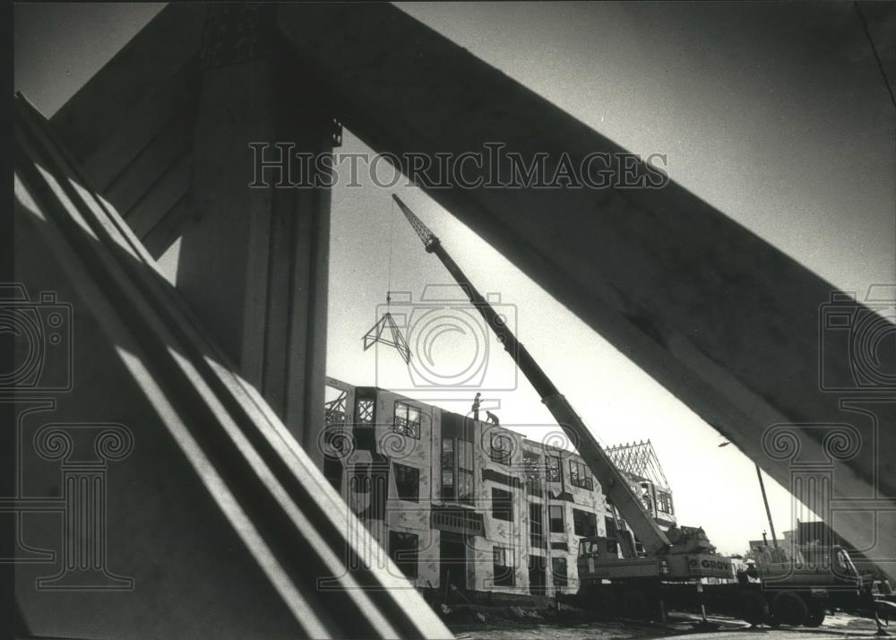 1991 Press Photo Apartment roof construction at Milwaukee\'s East ...