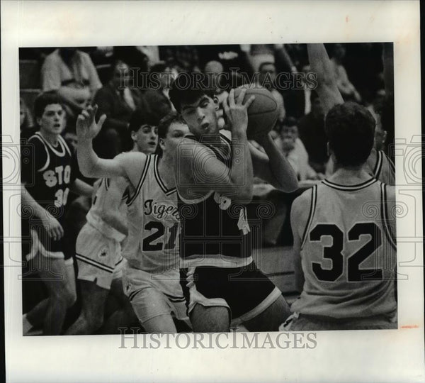Press Photo Stow's Mike Duncan tries to go to the basket in first half - Historic Images
