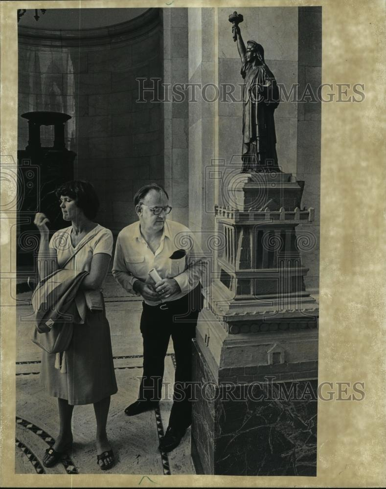 1982 Press Photo Visitors examine a statue at the Milwaukee Courthouse - Historic Images