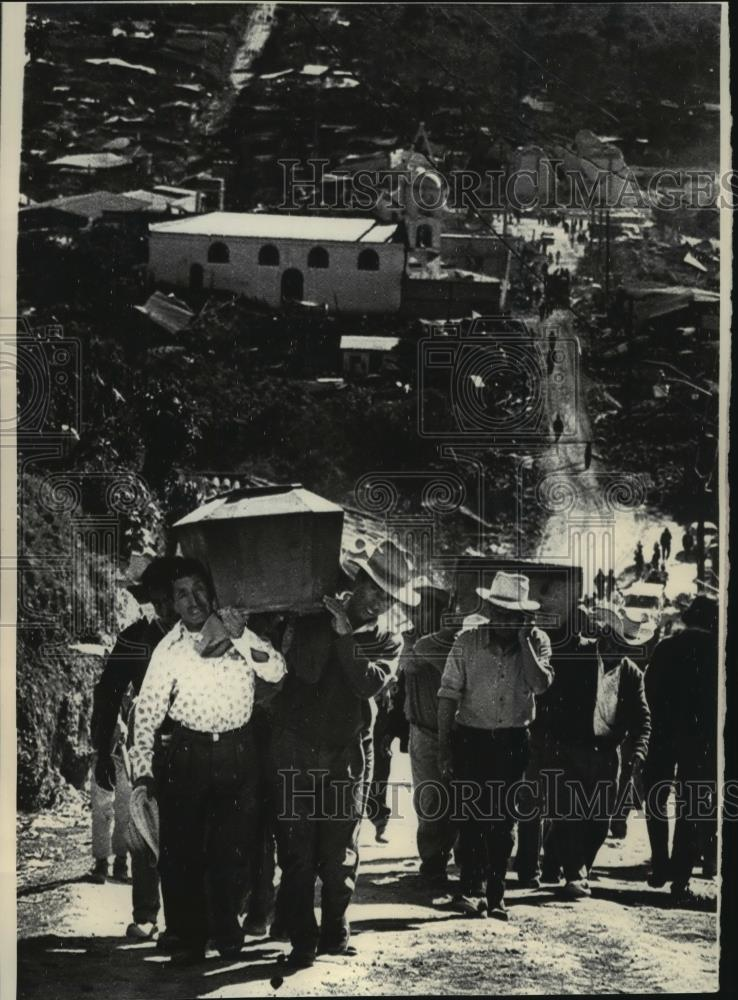 1976 Press Photo Earthquake victims were carried up a hill to San Pedro  cemetery