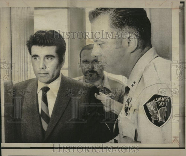 1971 Press Photo Corona Escorted From Courtroom Murder - RRV19573 - Historic Images