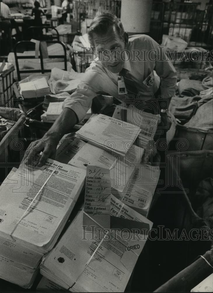 1985 Press Photo 1984 Alabama Income Tax Forms at Post Office, Birmingham