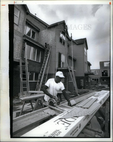 1992 Press Photo Lester Morgan Cultural Gardens Apartment - DFPD61177 - Historic Images