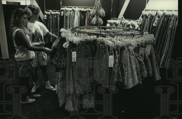 1989 Press Photo Sherry and Amy examine miniskirts at the Deb Shop at Northridge - Historic Images