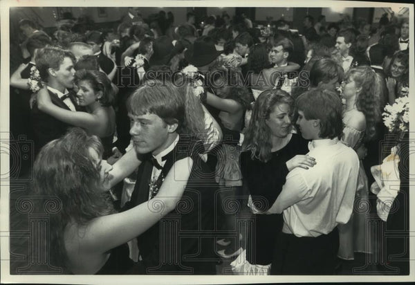 1990 Press Photo Arrowhead High students at Olympia Resort for prom night - Historic Images