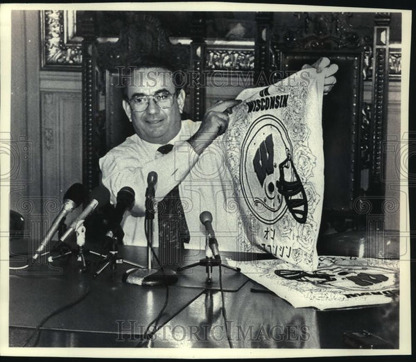 1993 Press Photo Governor Tommy Thompson unveils bandannas for WI football fans - Historic Images