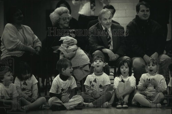 1991 Press Photo Kindergartners With Families at Shorewood School Program - Historic Images
