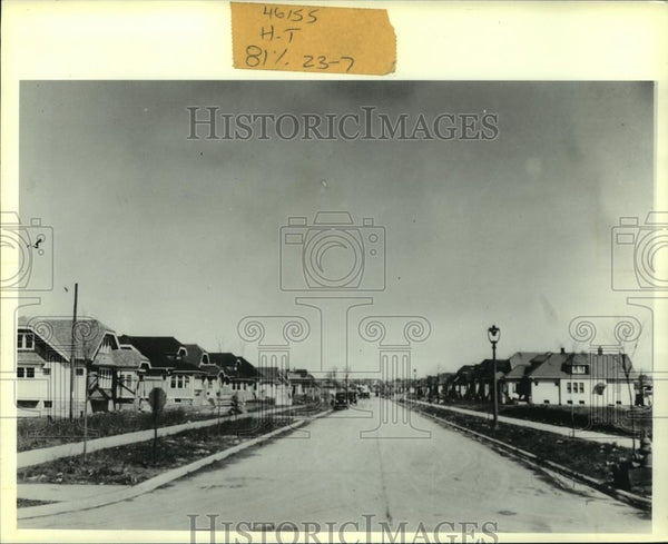 Press Photo View of Neighborhood in Suburbs in Shorewood, Wisconsin - mjc06878 - Historic Images