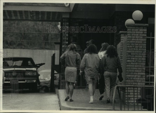 1989 Press Photo Young People Head Into McDonalds Restaurant in Oconomowoc - Historic Images