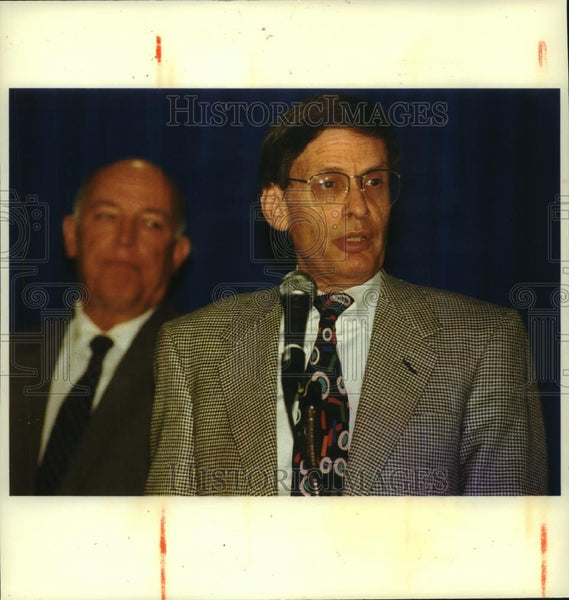 1992 Press Photo Bud Selig, Brewers President, speaks at microphone - mjc06914 - Historic Images