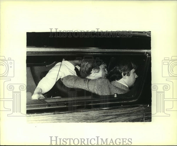 1981 Press Photo John Hinckley Jr. surrounded by Federal Agents, Washington D.C. - Historic Images