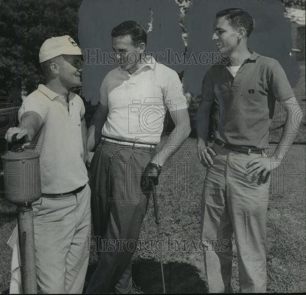 Press Photo Al Jones, and Jackie Cummings on golf course with unknown person - Historic Images