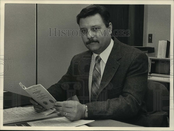 1988 Press Photo Thomas Taylor Labor Relations Office, Milwaukee - mjc06697 - Historic Images