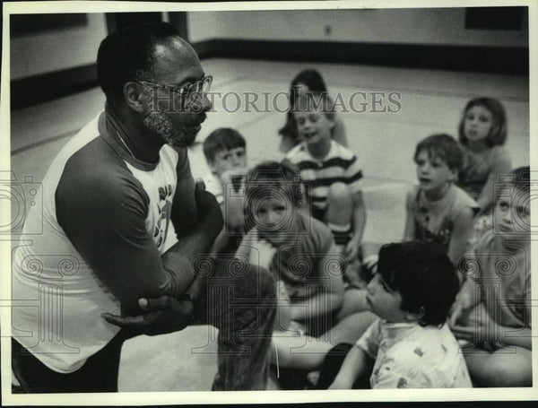 1990 Press Photo Will Taylor, Retired Teacher at Thoreau Elementary School - Historic Images