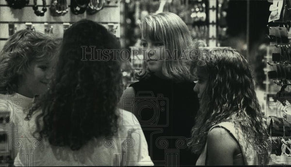 1989 Press Photo Teenagers discuss where to go next at the mall - mjc06746 - Historic Images