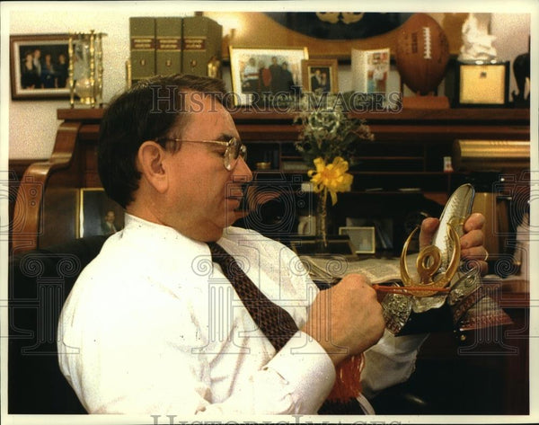 1993 Press Photo Wisconsin Governor Tommy Thompson in His Office at the Capitol - Historic Images