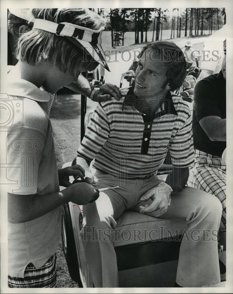 1976 Press Photo Golfer Jerry Pate signs autographs for boy after game - Historic Images