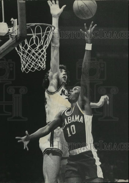 1977 Press Photo Memphis Stater poised to block Robert Scott's (#10) shot - Historic Images
