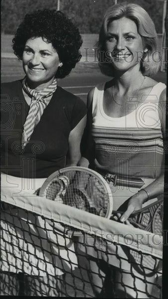 1977 Press Photo Leigh Stabler and Juanita Frongillo at net on tennis court - Historic Images