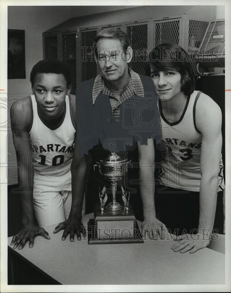 1980 Press Photo Pleasant Grove captains and coach with sportsmanship trophy - Historic Images